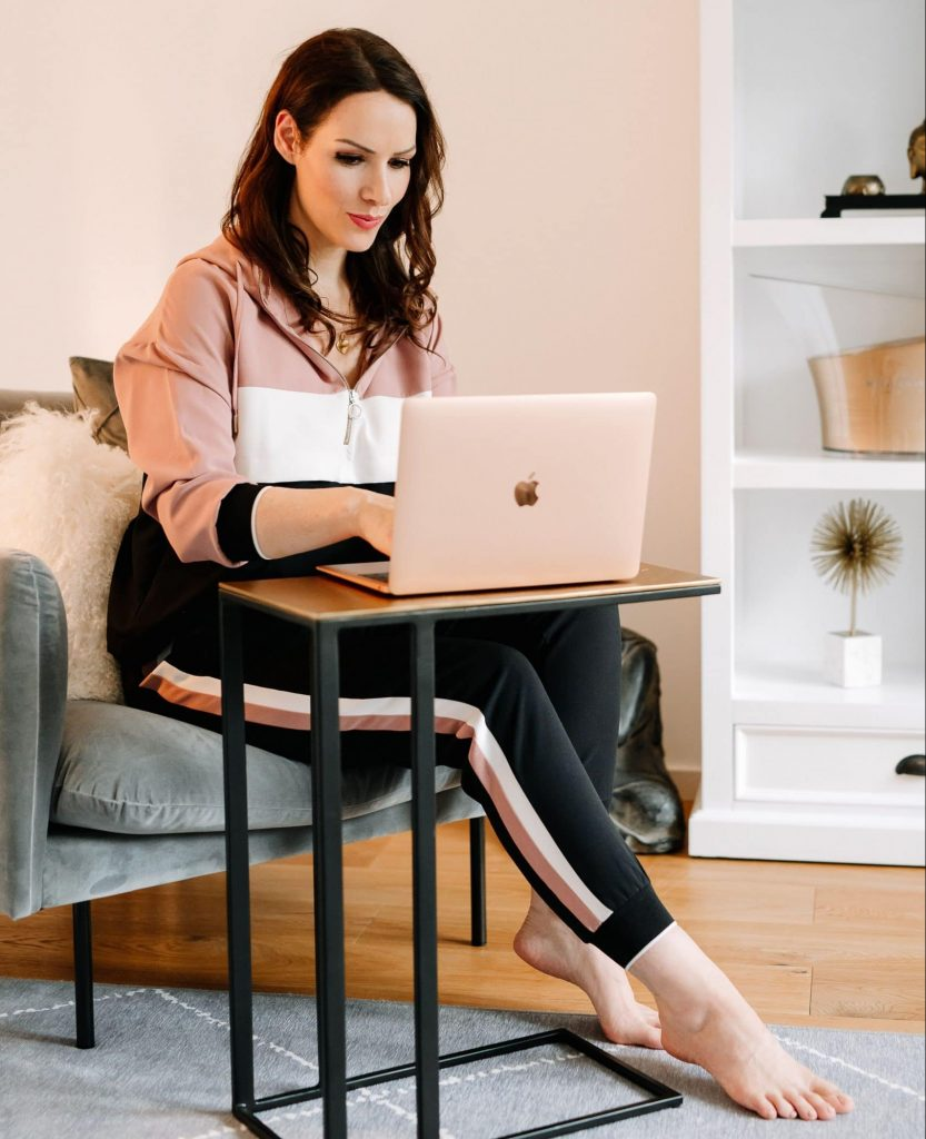 Katja Rückemann arbeitet am Laptop